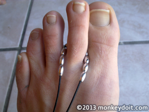 beads wrapping around middle toe